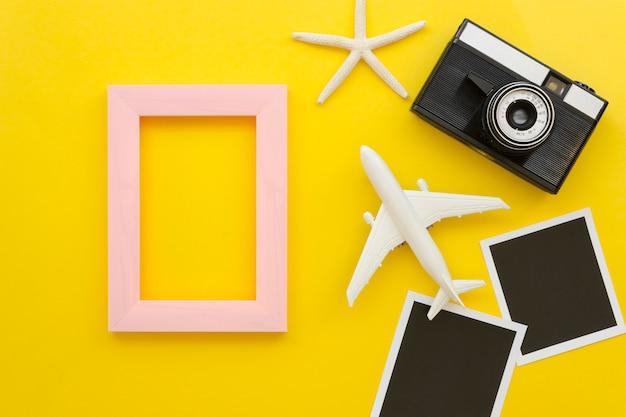 Cadre avec appareil photo et avion à côté