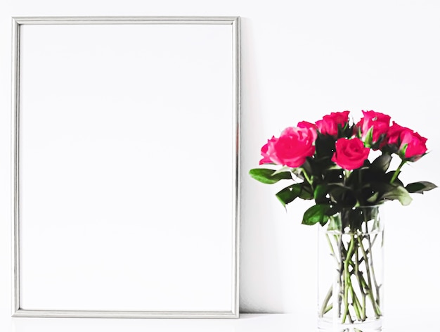 Cadre argenté sur la décoration et la conception de meubles blancs pour la maison de luxe pour l'impression d'affiches de maquette et l'imprim...