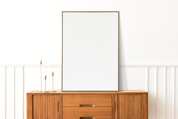 Cadre sur une armoire dans une pièce minimale