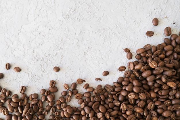 Cadre aromatique pour texte composé de grains de café sur fond gris
