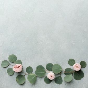 Cadre d'arrangement de branches et de roses et espace de copie