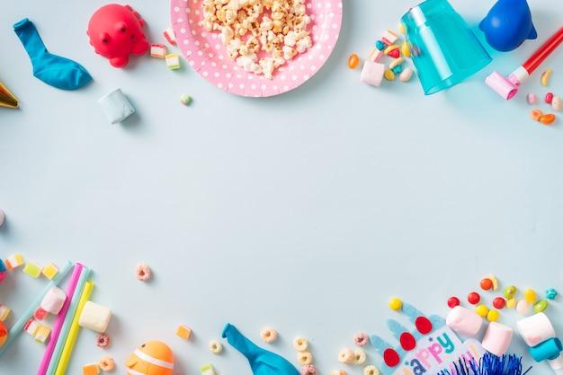 Cadre ou arrière-plan de vacances avec ballon coloré, cadeau, confettis, étoile argentée, casquette de carnaval et banderole