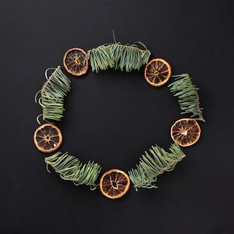 Cadre arrondi avec des feuilles de pin