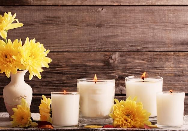 Cadre d'automne avec des bougies