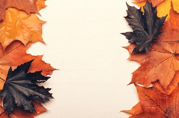 Cadre de l'automne feuilles d'automne jaunes, rouges et violettes