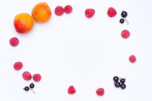 Cadre à base de framboises, groseilles et abricots