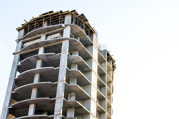 Cadre de bâtiment en béton à étages élevés en construction