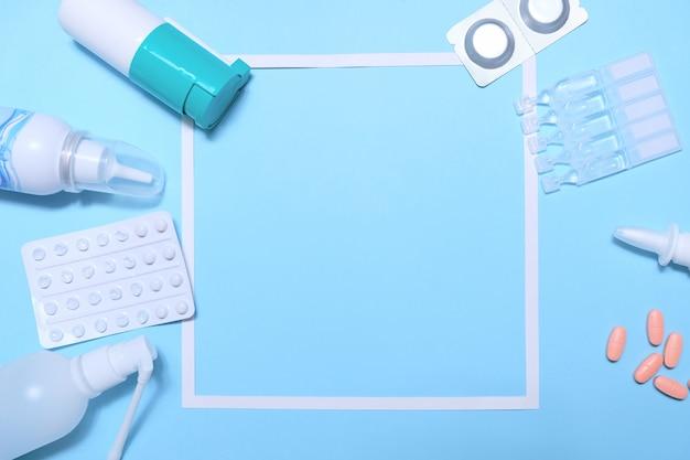 Cadre avec beaucoup de pilules et comprimés sur fond bleu