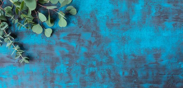Cadre de belles fleurs sur fond bleu
