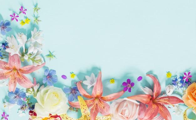 Cadre de belles fleurs de jardin sur fond de papier