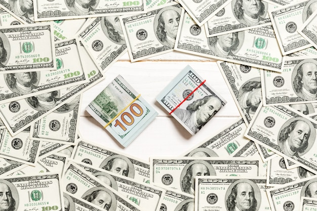 Cadre de billets de cent dollars avec pile d'argent