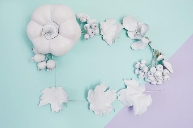 Cadre blanc avec citrouille, baies et feuilles