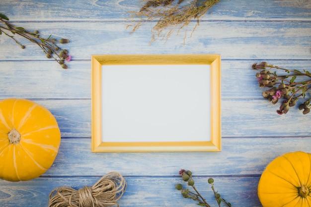 Cadre blanc doré avec citrouilles d'automne
