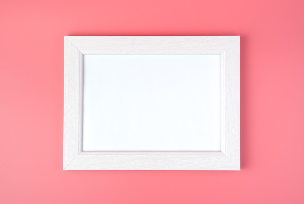 Cadre blanc avec espace à copier, sur fond rose.