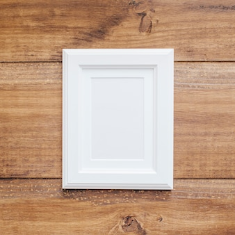 Cadre blanc sur un fond en bois vintage