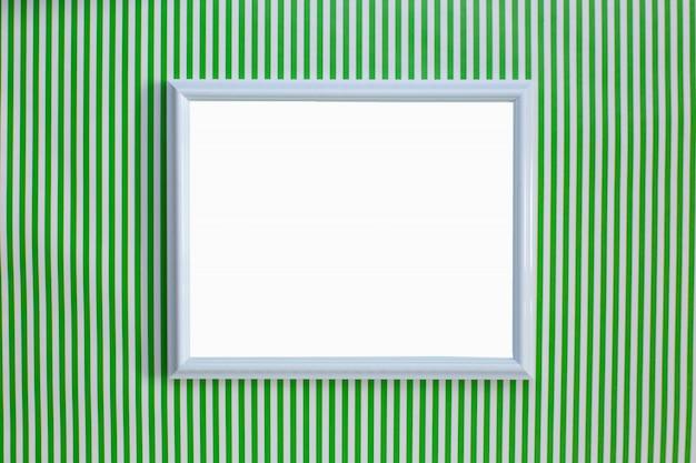 Cadre blanc sur fond rayé vert et blanc