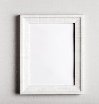 Cadre blanc sur un mur blanc simple