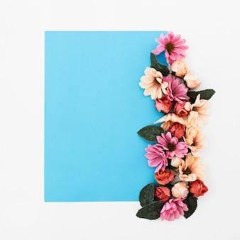 Cadre bleu avec de belles roses autour