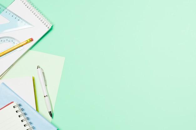 Cadre bleu clair avec fournitures de bureau
