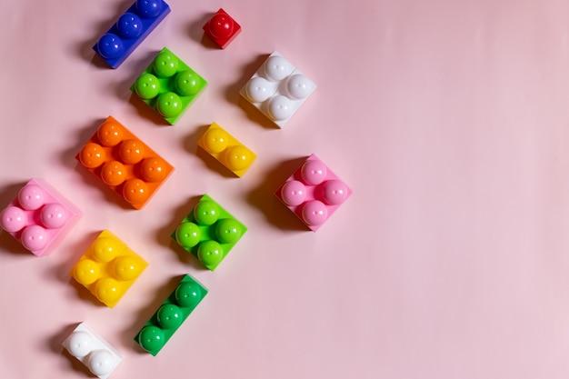 Cadre de blocs de jouets, briques de construction en plastique vives, groupe de pièces de jeu colorées.