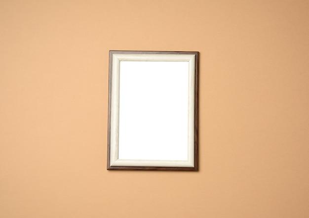 Cadre en bois blanc rectangulaire vide, fond beige, espace copie