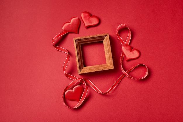 Cadre en bois et coeurs et décorations de la saint-valentin. vue de dessus