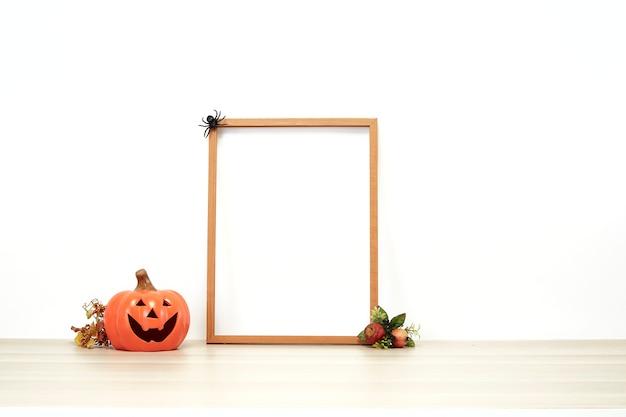 Cadre en bois avec jack o lantern belle décoration sur une étagère ou un bureau avec mur blanc avec