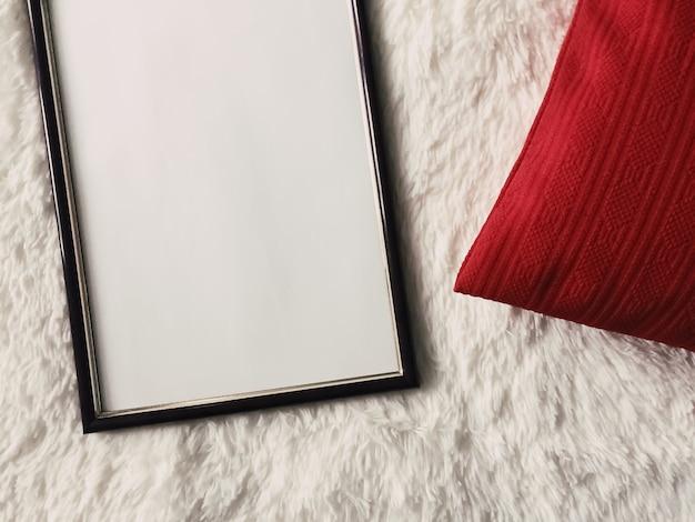Cadre en bois mince noir avec fond blanc comme maquette d'impression de photo d'affiche