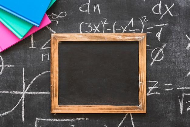 Cadre en bois sur tableau noir avec des calculs