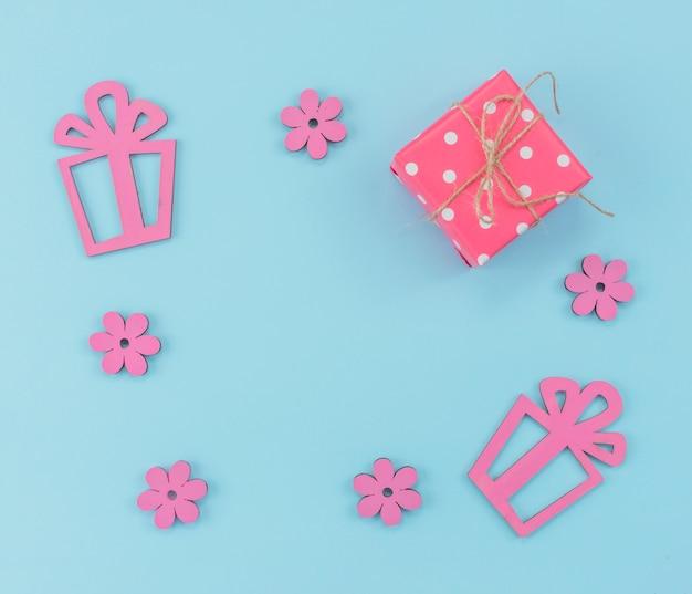 Cadre avec des boîtes présentes et des fleurs
