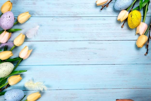 Cadre de bonbons pour célébrer pâques. pain d'épice en forme de poulet de pâques,