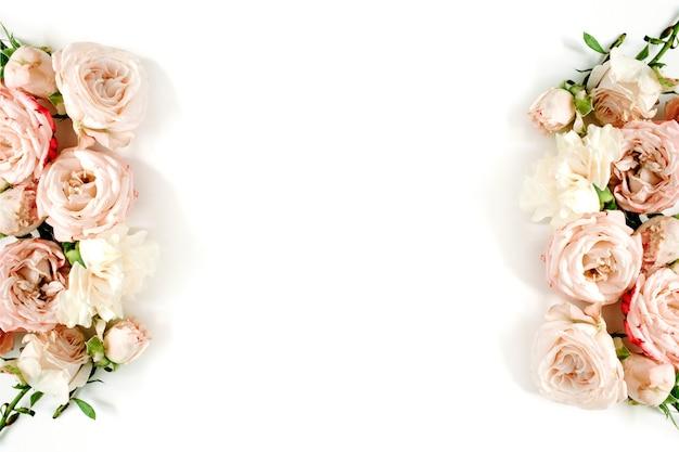 Cadre de bordure fleurie fait de roses beiges sur fond blanc. mise à plat, vue de dessus