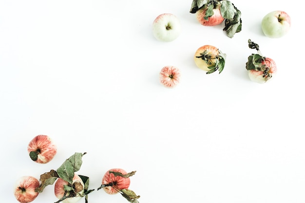 Cadre de bordure de pommes sur une surface blanche