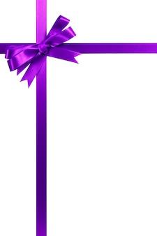 Cadre de bordure pour le coin vertical arc cadeau violet cadeau isolé sur blanc.