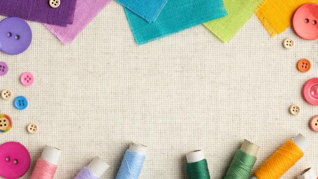 Cadre de boutons et de tissus colorés