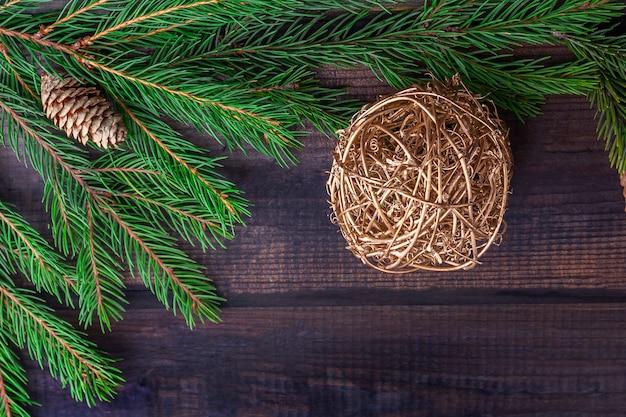 Cadre des branches et boules de sapin sur un fond en bois rustique foncé
