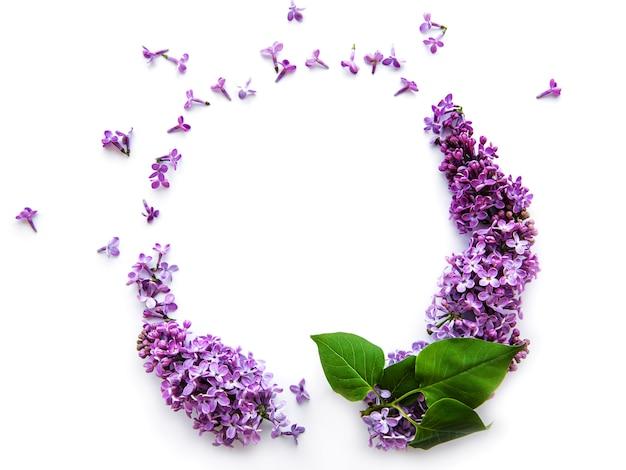 Cadre de branches et de fleurs de lilas en forme de cicle