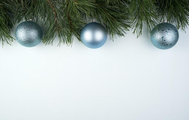 Cadre de branches de pin avec boules de noël argentées