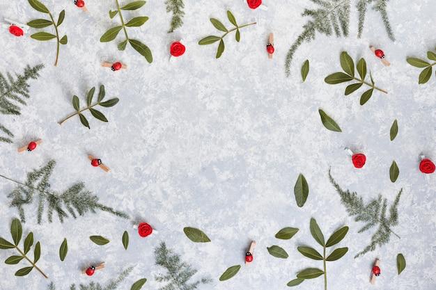 Cadre de branches de plantes vertes sur table grise