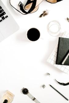 Cadre de bureau de style noir pour blogueur de mode à plat avec collection d'accessoires pour ordinateur portable et femme sur fond blanc