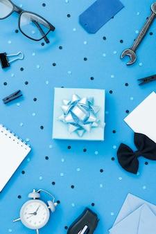 Cadre avec cadeau et carte de voeux