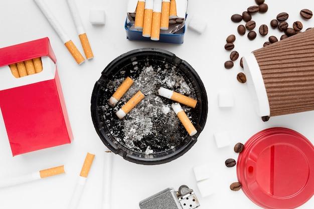 Cadre avec café et cigarettes