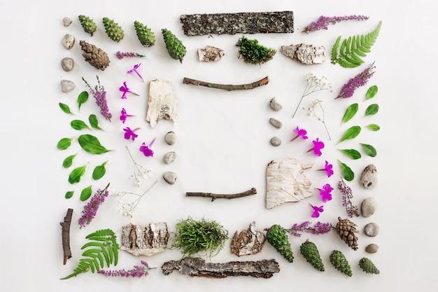 Cadre carré, disposition naturelle des feuilles, des pierres et du bois