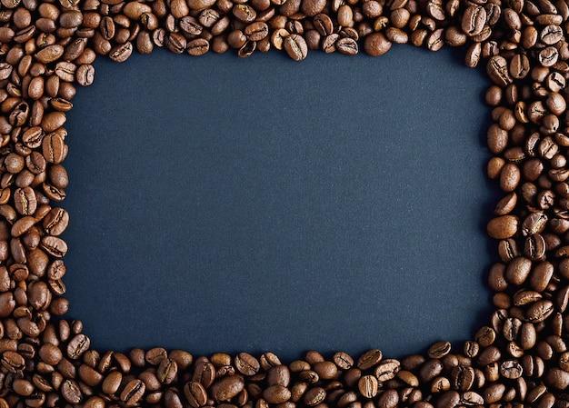 Cadre carré en grains de café torréfiés sur un sac.