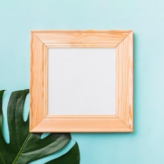 Cadre carré près de la feuille