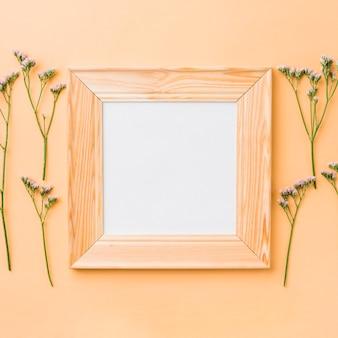 Cadre carré près de petites fleurs