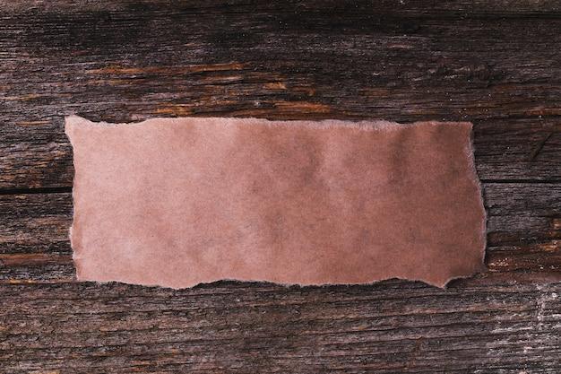 Cadre en carton sur la texture en bois