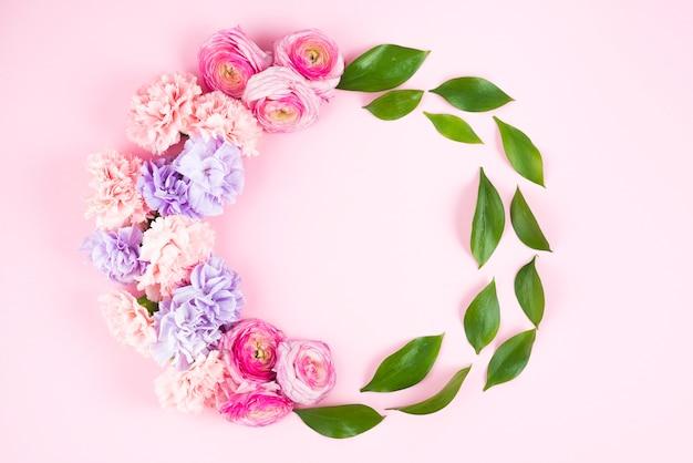 Cadre de cercle avec des fleurs et des feuilles