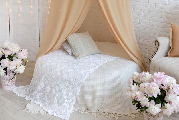 Cadre de chambre de luxe avec lit et oreillers