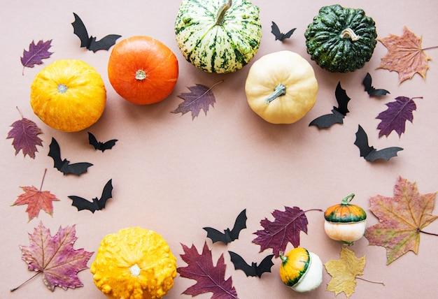 Cadre de chauves-souris et citrouilles volantes halloween sur fond marron